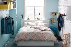 Dormitorio pequeño con zonas de almacén
