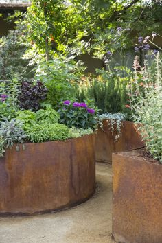 planters look so beautiful in this modern cottage garden design., Corten planters look so beautiful in this modern cottage garden design., Corten planters look so beautiful in this modern cottage garden design. Small Gardens, Outdoor Gardens, Courtyard Gardens, Modern Gardens, Farm Gardens, Plantas Indoor, Formal Garden Design, Patio Design, Corten Steel Planters