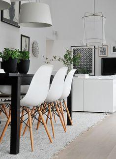 svart matbordmed vita stolar