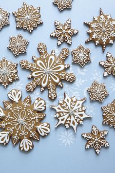 Christmas Cookies - Peggy Porschen class on Decorating snowflake cookies Christmas Biscuits, Christmas Sugar Cookies, Christmas Sweets, Christmas Cooking, Noel Christmas, Christmas Goodies, Holiday Cookies, Holiday Treats, Christmas Gingerbread Man