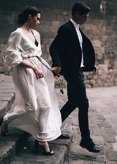 Hand in hand in strong wind. Couple Style, Love Couple, Classy Couple, Wedding Photography Poses, Couple Photography, Wedding Couples, Cute Couples, Photo Couple, Couple Photos