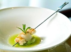 Scallops and crayfish with shallots and Granny Smith apples. Mininimal and very fashionable. Food Garnishes, Weird Food, Food Waste, Molecular Gastronomy, Creative Food, Food Presentation, Food Design, Food Plating, Food Preparation
