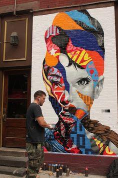 """Tristan Eaton es uno de los diseñadores contemporáneos mas importantes en Estados Unidos; a lo largo de su carrera ha tenido varias facetas dentro del graffiti, arte urbano, ilustración y hasta en el diseño de producto (él fue quién diseño las famosas figuras """"Munny"""" y """"Dunny"""" de Kidrobot"""