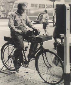 #Afilador. El afilador era aquel que deambulaba entre ciudades y pueblos con su #bicicleta o motocicleta para afilar instrumentos con filo, tal como #cuchillos o tijeras.
