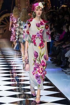 Dolce & Gabbana Autumn/Winter 2016 - 2017 17 Ready To Wear Milan Fashion Week Moda Fashion, High Fashion, Fashion Show, Fashion Design, Women's Fashion, Couture Fashion, Runway Fashion, Fashion Trends, Dolce And Gabbana 2017