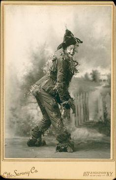 Halloween Scarecrow, Halloween Prints, Vintage Halloween, Dorothy Oz, Old Time Photos, Advertising History, Land Of Oz, Yellow Brick Road, Art Poses