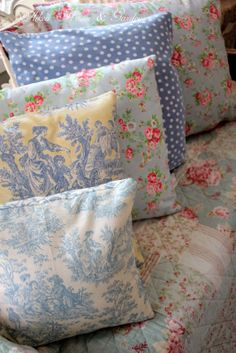 Country + cottage + almost shabby Pillows and floral mixed. Shabby Style, Shabby Chic, Cozy Cottage, Cottage Style, Cath Kidston Home, Aqua Blue, Blue And White, Textiles, Linens And Lace