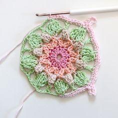 Dit haakpatroon maakte ik voor CraftKitchen.Ik haakte de 9 lente squares in dit voorbeeld in verschillende kleurcombinaties. Je kunt er natuurlijk ook voor kiezen om hele squares of zelfs het hele kussen in een kleur te haken. Of om elke … Lees verder