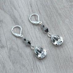 Boucles d'oreilles mariage LEANNA.  Boucles d'oreilles mariage sur dormeuses en argent 925 composées de perles en cristal Swarovski crystal argent et de cabochons poires Swarovski sertis par mes soins.