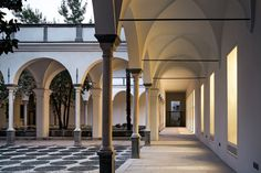 --Victor Lopez Cotelo At the very heart of Granada, in the Realejo neighborhood, the new School of Architecture takes up an old military hospital, a building which underwent a long series of enlargements that began with a Nasrid house to end up occupying an entire...