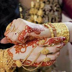 New and Trendy Bridal Mehndi designs Hand Jewelry, India Jewelry, Nose Jewelry, Jewlery, Bridal Bangles, Wedding Jewelry, Gold Fashion, Fashion Jewelry, Pakistani Jewelry