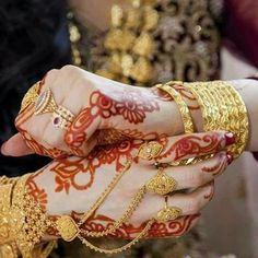 New and Trendy Bridal Mehndi designs Pakistani Bridal Jewelry, Bridal Mehndi, Indian Jewelry, Bridal Dupatta, Mehndi Party, Henna Mehndi, Bridal Jewellery, Hand Jewelry, Cute Jewelry