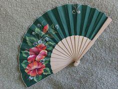 Abanico pericon de madera, pintado por la parte delantera con llamativo ramo de flores hibicus y pequeñas margaritas medida: 23 cmt.