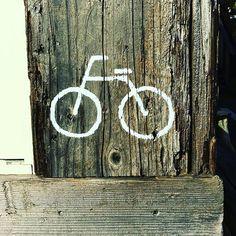 【f.take113】さんのInstagramをピンしています。 《#カフェ #自転車置き場 #自転車 #海 #11月 #日曜日 #晴れ》