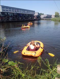 De Partou bso's in Amersfoort doen in de zomer veel activiteiten samen, zoals lekker bootje varen met warm weer.