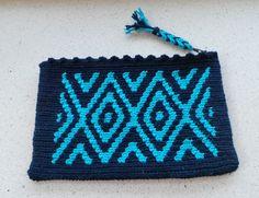 Little etui. Mochila crochet with ply split zipperpuller Tapestry Bag, Tapestry Crochet, Mochila Crochet, Coin Purse, Wallet, Purses, Pattern, Bags, Fashion