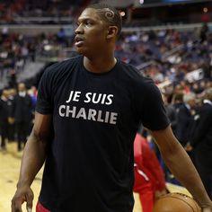 Kevin #Seraphin della squadra di #NBA dei Washington Wizards indossa una maglietta con su scritto #JeSuisCharlie