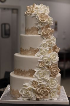 69 Ideas For Wedding Cakes Roses Gold Lace - Wedding Wedding Cake Roses, Cool Wedding Cakes, Elegant Wedding Cakes, Lace Wedding, Rosegold Wedding Cake, Bling Wedding, Backless Wedding, Modest Wedding, Dream Wedding