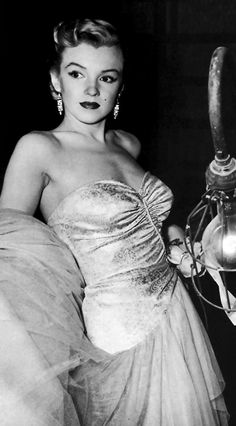 Marilyn Monroe on the set of All About Eve, 1950. Classic Hollywood, Old Hollywood, Joseph L Mankiewicz, Divas, All About Eve, Marilyn Monroe Photos, Norma Jeane, Queen, Classic Beauty
