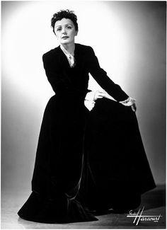 Edith Piaf par le Studio Harcourt, Paris, vers 1950-1951.  http://lesiconesdu7art.blogspot.com/2012/12/visages-du-passe.html