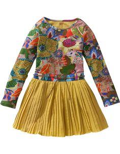 Prachtig jurkje gemaakt van verschillende materialen. De bovenzijde is van comfortabel stretchkatoen en de rok is van stevig katoen dat mooi wijd uitstaat. Met onderrok en dun ceintuurtje met subtiele glitters.