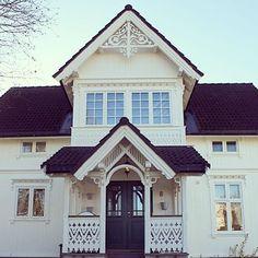 Gården Nygård, et av de eldste og best bevarte husene på Jessheim, ligger nå ute til salgs på finn.no! #nygårdgård #jessheim #sveitserhus #sveitserstil #gamletrehus #gamlehus #gamlahus #oldhouse #bislag #veranda #snekkerglede #snickarglädje #bygningsvern #byggnadsvård #byggogbevar