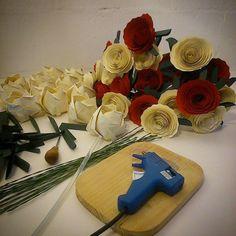 Nos preparando para terminarmos mais um arranjo gigante para o dia das mães. E você? Já fez a sua encomenda?  http://www.fragmentoscoloridos.com.br/  #FragmentosColoridos #Flor #Flores #Rosa #Rosas #papel #Buque #Buquê #Bouquet #Arranjo #Presente #Alergia #Antialérgica #Alérgica #Rinite #Decoração #DecoraçãoDeFesta #DecoraçãoDeInteriores #DecoraçãoCriativa #DecoraçãoPersonalizada