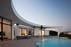 A white silhouette with an intricate geometry can be spotted in the town of Lagos, Algarve, Portugal. Colunata House is defined by an edgy architecture, especially envisioned by Portuguese architect Mario Martins to conquer the rocky landscape of the shor Design Exterior, Interior And Exterior, Amazing Architecture, Interior Architecture, Mario Martin, Bali Resort, Infinity Pools, Curved Walls, Design Moderne