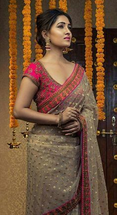 Brides think of having the perfect wedding, however for this they require the ideal wedding outfit, with the bridesmaid's dresses enhancing the brides dress. These are a few ideas on wedding dresses. Sari Design, Beau Sari, Traditional Blouse Designs, Traditional Silk Saree, Wedding Saree Collection, Silk Saree Blouse Designs, Wedding Saree Blouse Designs, Blouse Patterns, Sari Dress