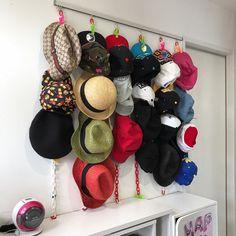 帽子の数が増えてくると、収納の仕方に悩みますよね。重ねておいてあると、下の方の帽子が取り出しにくくなったりしませんか? そこで、今回の【kufura収納調査隊】は、収納上手な達人たちが実践している帽子の収納術について調査してきました。達人たちのInstagramを参考にしながら、上手に収納していきましょう! Organizations, Closet, Bags, Instagram, Handbags, Armoire, Organizing Clutter, Closets, Cupboard