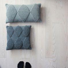 Hæklede puder med Harlekin - helst hæklet med smart superwash fra sandness garn i lilla nuancer. Crochet Pillow Pattern, Crochet Cushions, Knit Pillow, Knitting Projects, Crochet Projects, Knitting Patterns, Crochet Patterns, Love Crochet, Crochet Hooks