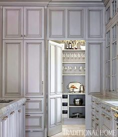 Love the hidden pantry door! In this kitchen, the pantry door is integrated into the cabinets, creating the effect of an elegant paneled wall. Smart Kitchen, Kitchen Storage, Kitchen Pantry, Kitchen Grey, Kitchen Ideas, Pantry Ideas, Brass Kitchen, Diy Storage, Luxury Kitchens