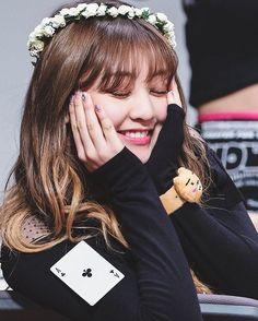 Awww🥺🥺🥺 I feel like I wanna cry from the cuteness of her Nayeon, Jooheon, Mamamoo, South Korean Girls, Korean Girl Groups, Leader Twice, Rapper, Park Ji Soo, Oppa Gangnam Style