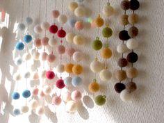 フェルトボールを使ったカーテン。 白い壁によくあいます。