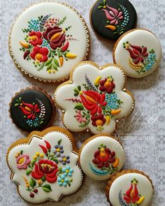 Many amazing food creations look too good to eat, and Chef Judit Czinkn Por's cakes and cookies are no exception! Working under the name Mzesmanna, he Cookies Cupcake, Fancy Cookies, Iced Cookies, Cute Cookies, Royal Icing Cookies, Sugar Cookies, Cupcakes, Almond Cookies, Chocolate Cookies