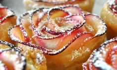 Dit heb je nodig voor 6 appelroosjes: -4 appels -sap van een halve citroen -3 thlepel jam of ingeblikt fruit - 2 thlepel water + water om appels in te weken - 1 vel bladerdeeg - kaneel