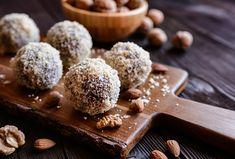 Rumové kuličky - nepečené - Recepty.cz - On-line kuchařka Granola, Parfait, Aussie Food, Filo Pastry, Rum Balls, Custard Cake, Light Desserts, Coconut Rum, Balls Recipe