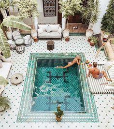 White tiled courtyard pool - Love the tones and patterns! ähnliche tolle Projekte und Ideen wie im Bild vorgestellt findest du auch in unserem Magazin . Wir freuen uns auf deinen Besuch. Liebe Grüße