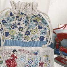 Nécessaire à ouvrage «Fleurs bleues» à broder au point de croix Les Brodeuses Parisiennes