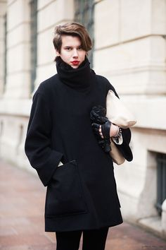 Details - To be stylish in the winter, you can also choose to focus on details...A great pair of gloves, a red lip and a very soft neck warmer. Nice, isn't it ?