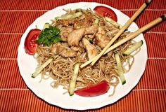 Recept na Vietnamské restované nudle Japchae, Spaghetti, Pasta, Meat, Chicken, Ethnic Recipes, Food, Beef, Meal