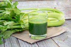 Сельдерей + яблоко  Пожалуй, это самый распространенный зеленый смузи. Сельдерей - отличный тонизирующий продукт. Считается, что сельдерей хорошо выводит токсины. Он низкокалориен, обладает успокаивающими свойствами, а это как нельзя кстати при больших нагрузках и в жару.   Напиток из сельдерея и яблока отлично подойдет как к завтраку, так и к ужину.