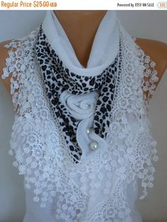White Knitted Floral Scarf Shawl Cowl Lace Bridesmaid por fatwoman