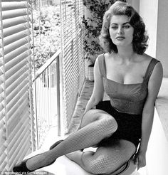 Sophia Loren finally explains that famous photo with Jayne Mansfield Star Hollywood, Vintage Hollywood, Classic Hollywood, Divas, Sophia Loren Images, Old Movie Stars, Famous Photos, Italian Actress, Italian Beauty
