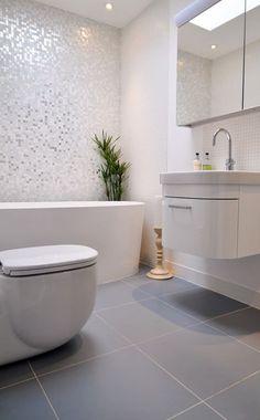 Adorei o revestimento e o piso! Aliás, o piso dá uma amplitude incrível para esse banheiro!