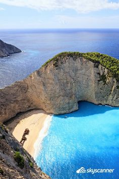 Não é água doce que acalma, é água salgada! Quem aí está precisando se acalmar? Praia Navagio, Grécia ✈ http://bit.ly/1LTBH1K