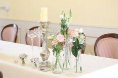 ROMANTICKÁ SVADOBNÁ VÝZDOBA V JEMNEJ RUŽOVEJ V krásnom prostredí nádherného kaštiela v Orlovom sme pripravili romantickú výzdobu pre Zuzku a Mirka. Na krištáľových stojanoch sme dekorovali ruže, hortenzie, papuľky, gypsomilku a rôzne iné kvietky. Použili sme veľa svietnikov, fľaštičiek a drobných kytičiek.