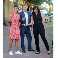 Prince Harry, First Lady Michelle Obama and presenter Robin Roberts ahead of the Opening Ceremony of the Invictus Games Orlando 2016 at ESPN Wide World of Sports on May 2016 in Orlando, Florida. Michelle Obama Fashion, Michelle And Barack Obama, Meghan Markle, Obama Photos, Barack Obama Family, Robin Roberts, First Black President, Prinz Harry, Elisabeth Ii