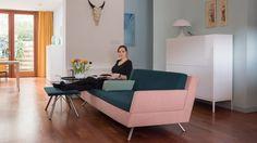 """Bij Simon en Esther uit Amsterdam is de LOT bank te bekijken.  Simon & Esther vinden hun LOT zo bijzonder omdat ze de kleuren en stoffen konden aanpassen aan hun eigen stijl. """"Dat flexibele proces spreekt ons aan en maakt dat wij langdurig plezier van LOT gaan hebben!"""""""