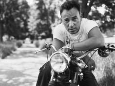 """La domanda """"who rules the road in 2013?"""" è stata fatta dal Rolling Stone ad una schiera scelta di """"writers, industry figures, and artists"""". E' nata così la classifica dei 50 migliori artisti live in circolazione che vede vincitore lo stakanovista Bruce Springsteen seguito sul podio dai """"vecchietti"""" Prince e... Read More →"""